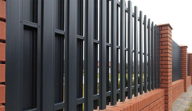 Забор из штакетника со столбами