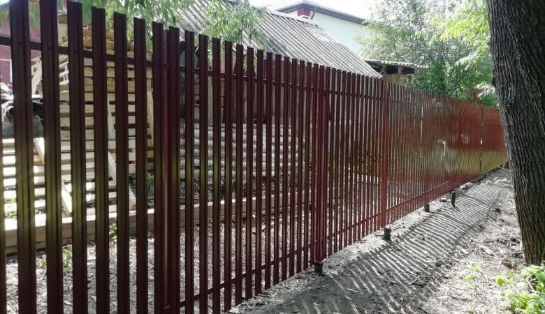забор из штакетника на винтовых сваях