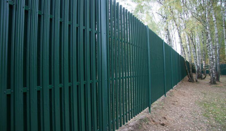 Двухсторонний забор из штакетника