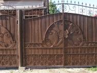 Распашные ворота с ковкой 1