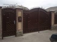 Распашные ворота с ковкой 2