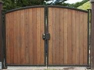 Распашные ворота из штакетника 2